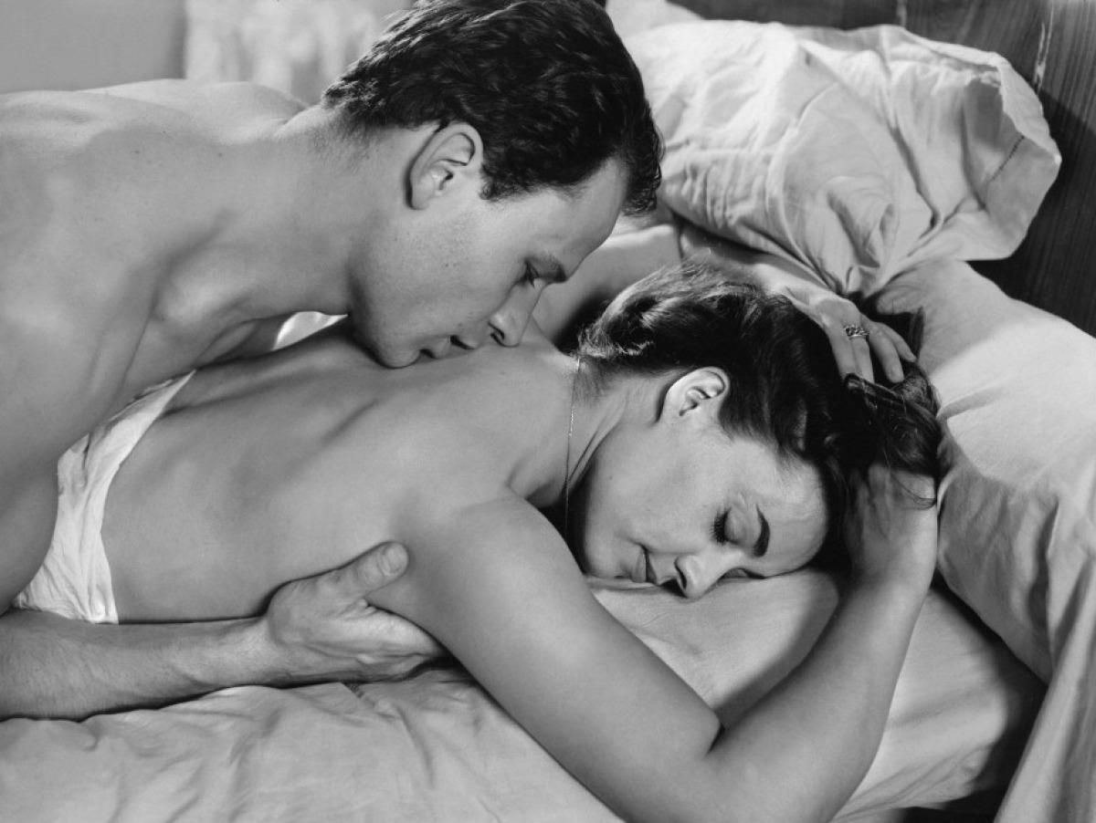 Красивая поцеловать спину фото