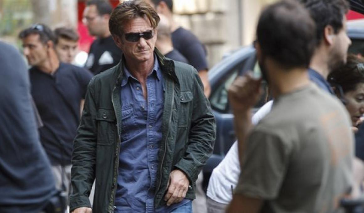 """'The Gunman"" : Χαβιέ Μπαρδεμ εναντίον Σον Πεν σε action thriller. Δυναμικό τρέιλερ."