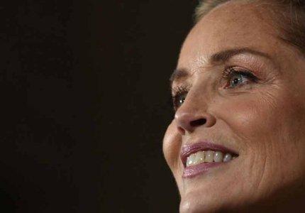 Η Σάρον Στόουν ζητά όλοι οι συνεργάτες της στο γύρισμα να είναι πλήρως εμβολιασμένοι