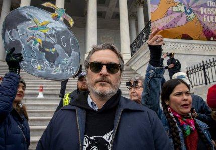Ο Γιοακίν Φοίνιξ συλλαμβάνεται σε διαδήλωση για το περιβάλλον