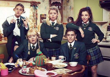 """Derry Girls"" season 1-2: Καλογραμμένο και γνήσια αστείο"