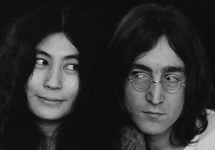 H Yoko Ono προωθεί τη σχέση της με τον John Lennon στη μεγάλη οθόνη.