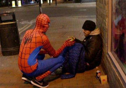 Ο πραγματικός Σπάιντερμαν που προστατεύει τους αστέγους...