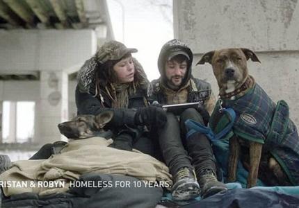Άστεγοι διαβάζουν tweets της ντροπής...
