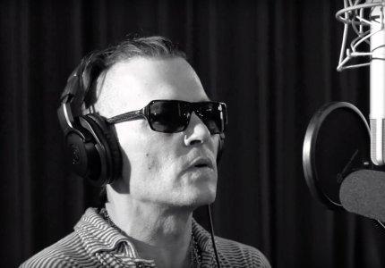 Ο Johnny Depp τραγουδά David Bowie